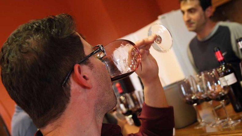 El consumo de vino contribuye a la higiene de boca y faringe, donde anidan los virus