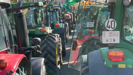 Las organizaciones agrarias convocan una marcha de tractores y vehículos para el próximo viernes en Valladolid contra la protección especial del lobo